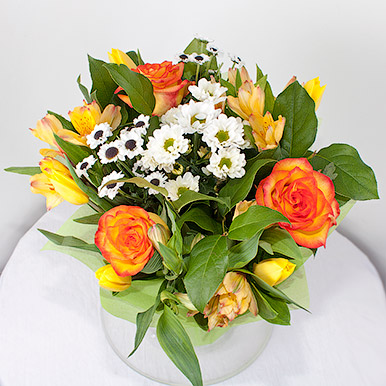 Яркий букет с розами и альстрамериями