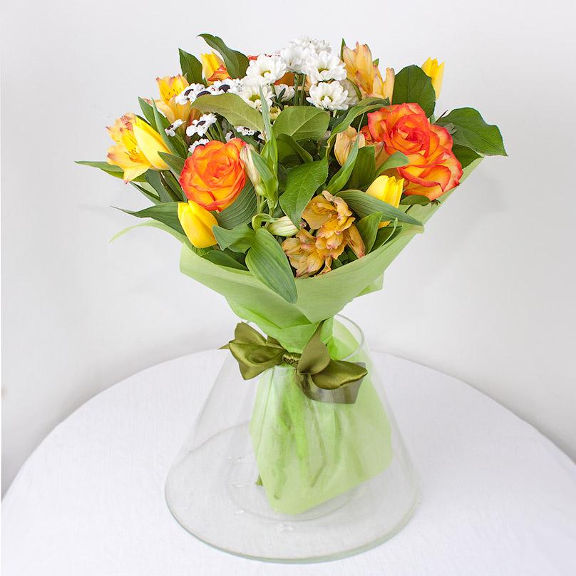 Фото Яркий букет с розами и альстрамериями