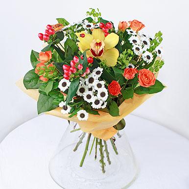 Сборный букет из хризантем, роз и орхидеи