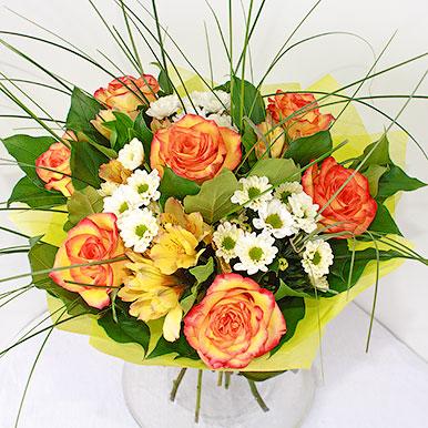 Яркий букет с красно-желтыми розами и альстрамериями