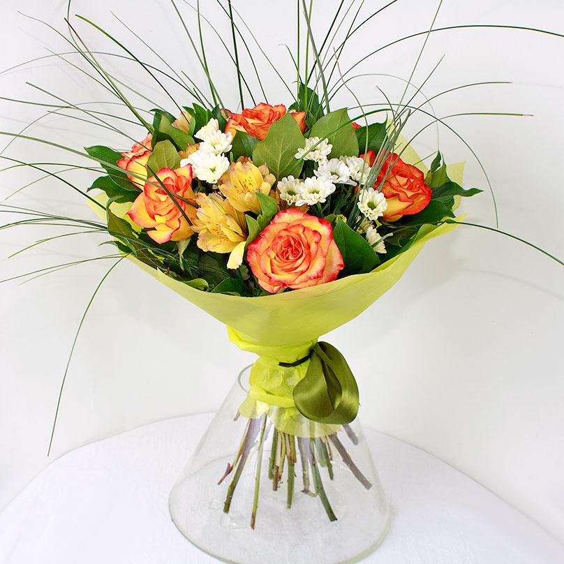 Фото Яркий букет с красно-желтыми розами и альстрамериями