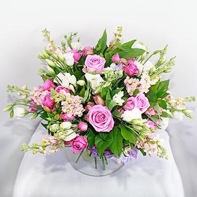 Нежно-розовый букет с розами, матиолой и эустомой
