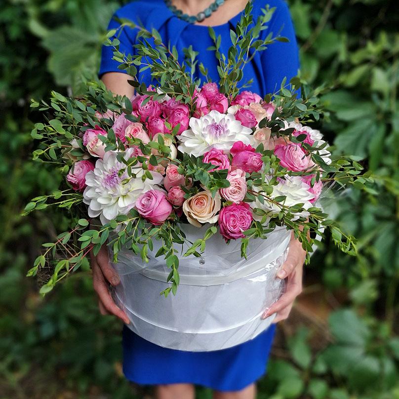 Фото Пионовидные розы и георгины в большой коробке