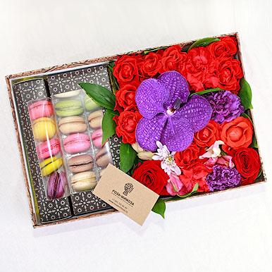 Яркая коробочка с цветами и макарони