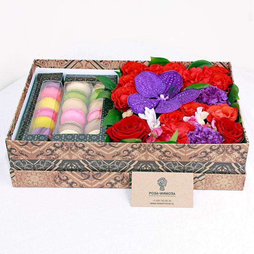 Фото Яркая коробочка с цветами и макарони
