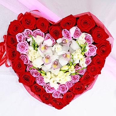 Сердце с розами и фрезиями