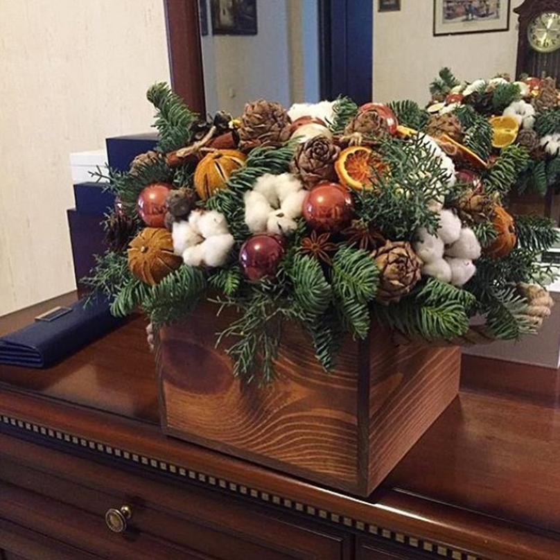 Фото Композиция из живой хвои с новогодним декором в деревянном ящике