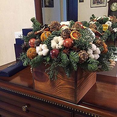 Композиция из живой хвои с новогодним декором в деревянном ящике