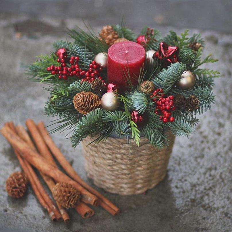 Фото Мини композиция на праздничный стол в кашпо из живой хвои со свечей и новогодним декором