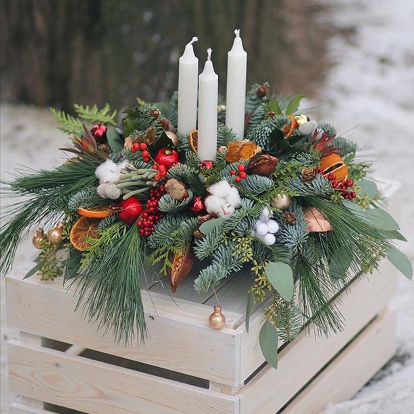 Фото Большая композиция на праздничный стол из живой хвои, пихты, эвкалипта со свечами и новогодним декором