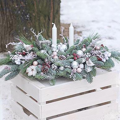 Большая композиция на праздничный стол из живой хвои со свечами и новогодним декором