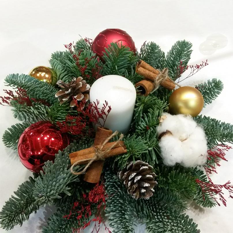Фото Мини композиция на праздничный стол из живой хвои со свечей и новогодним декором
