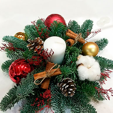 Мини композиция на праздничный стол из живой хвои со свечей и новогодним декором