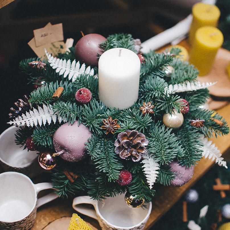 Фото Мини композиция на праздничный стол из живой хвои со свечей и новогодним декором №2
