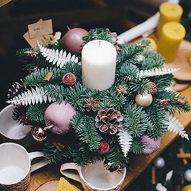 Мини композиция на праздничный стол из живой хвои со свечей и новогодним декором №2
