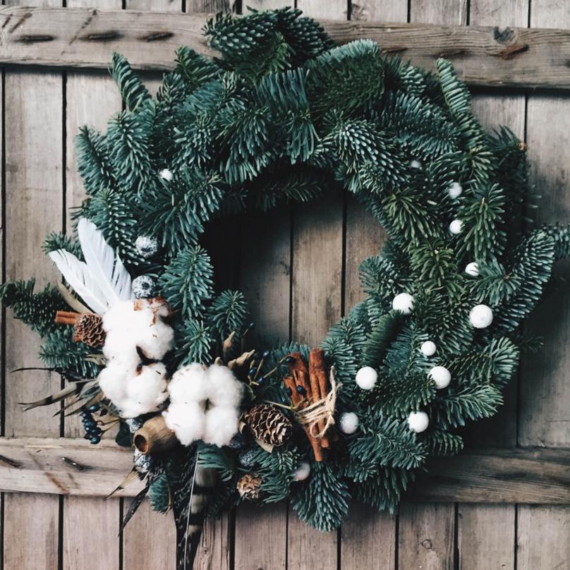 Фото Стильный венок из живой хвои с декоративным акцентом хлопка, перьев и ягод