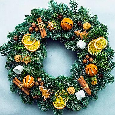 Венок из живой хвои, с декором из орехов, анис, корица, апельсины, имбирные пряники