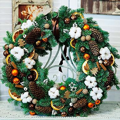 Большой венок из живой хвои с большим количеством новогоднего декора и натуральных материалов