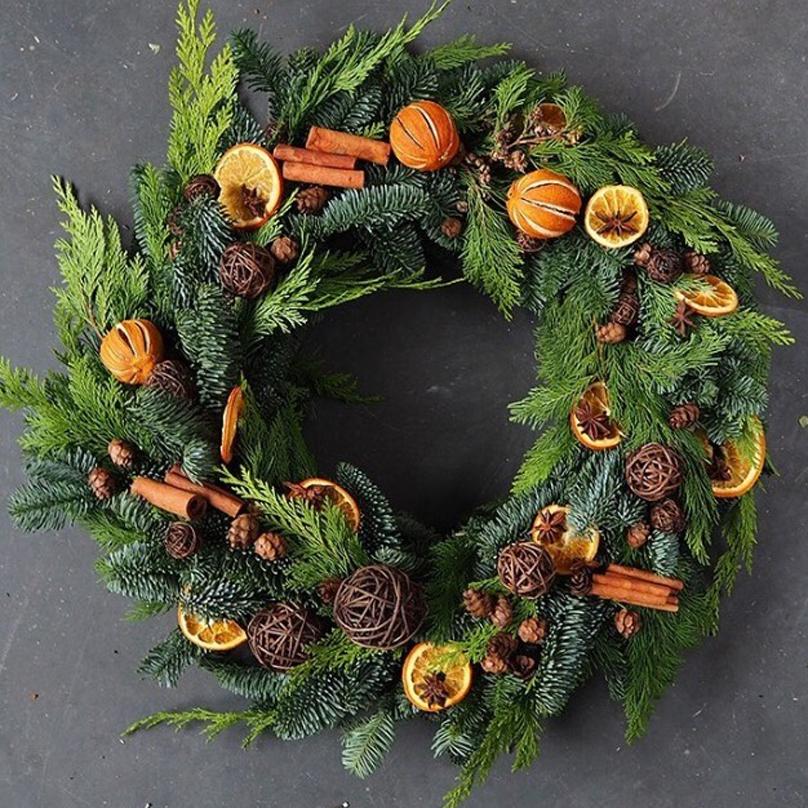 Фото Большой венок из живой хвои и натуральных материалов: корица, шишки, апельсины, анис, ромашковые шарики