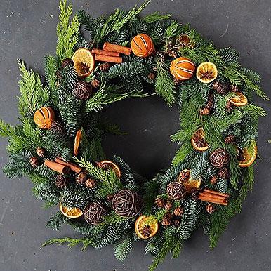 Большой венок из живой хвои и натуральных материалов: корица, шишки, апельсины, анис, ромашковые шарики