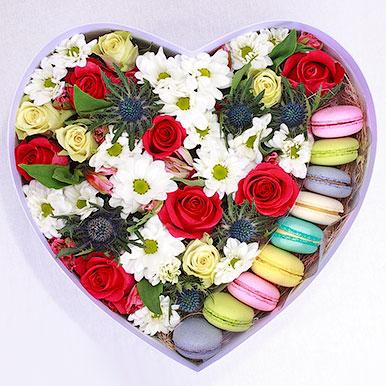 Яркое сердце с пирожными