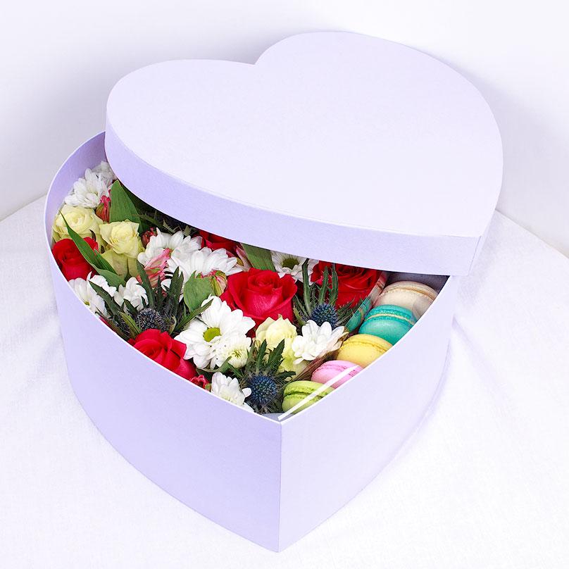 Фото Яркое сердце с пирожными