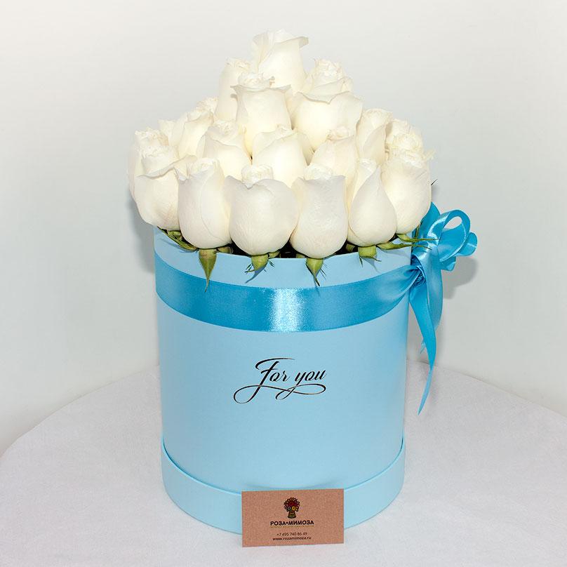 Фото Белоснежные розы в голубой коробке