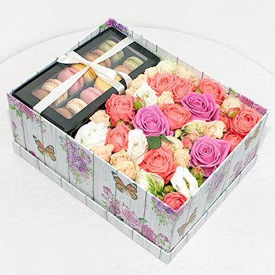 Элегантная коробка с цветами и пирожными