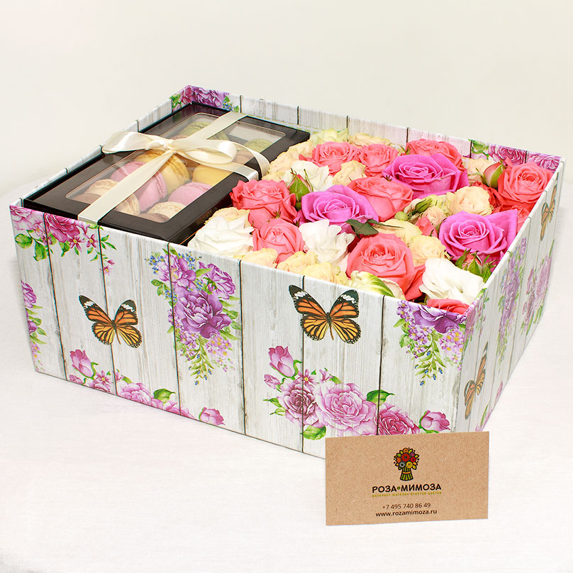 Фото Элегантная коробка с цветами и пирожными