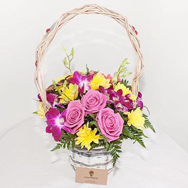 Корзинка с хризантемами и розами