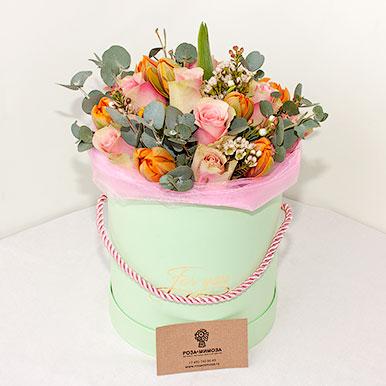 Яркий букет из тюльпанов и роз в шляпной мини-коробке