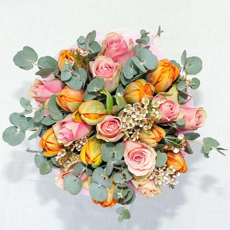 Фото Яркий букет из тюльпанов и роз в шляпной мини-коробке