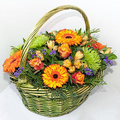 Яркая корзина с хризантемами, герберами и розами