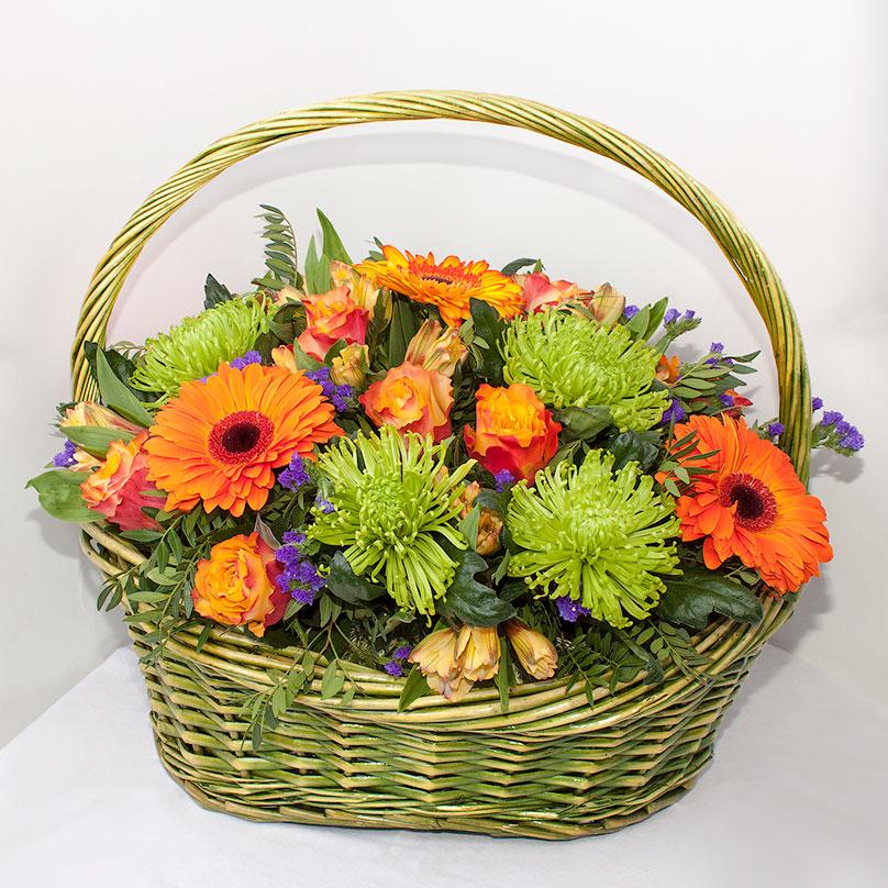 Фото Яркая корзина с хризантемами, герберами и розами