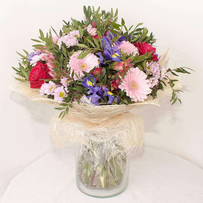 Фото Яркий букет из роз, гербер и хризантем