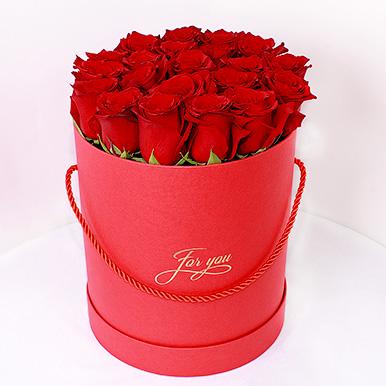 Красные эквадорские розы в красной шляпной коробке