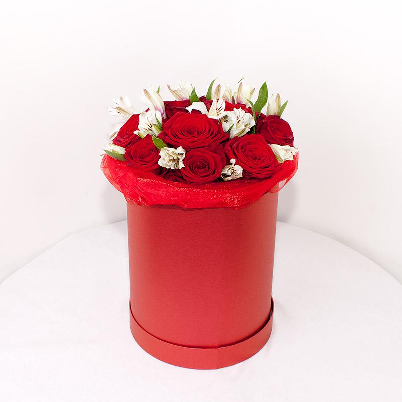 Фото Мини-коробка с красными розами и белой альстрамерией
