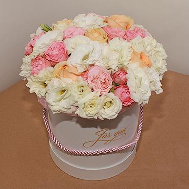 Нежный букет из эустомы и пионовидных роз в шляпной коробке