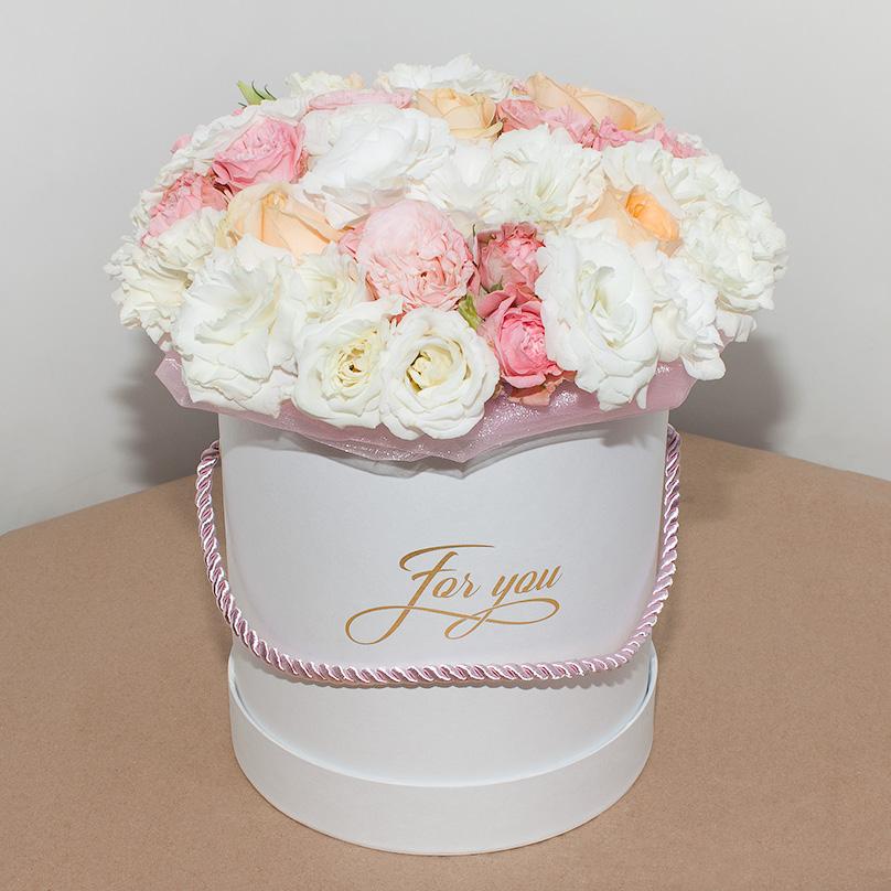 Фото Нежный букет из эустомы и пионовидных роз в шляпной коробке