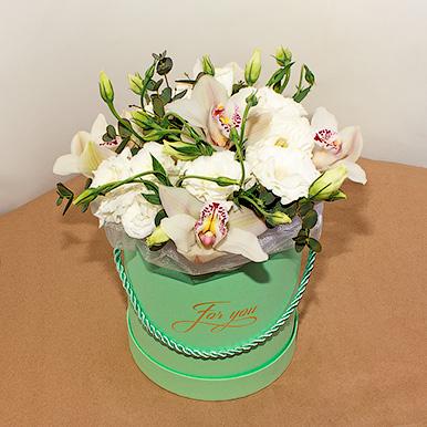 Мини-коробка с орхидеями и эустомой