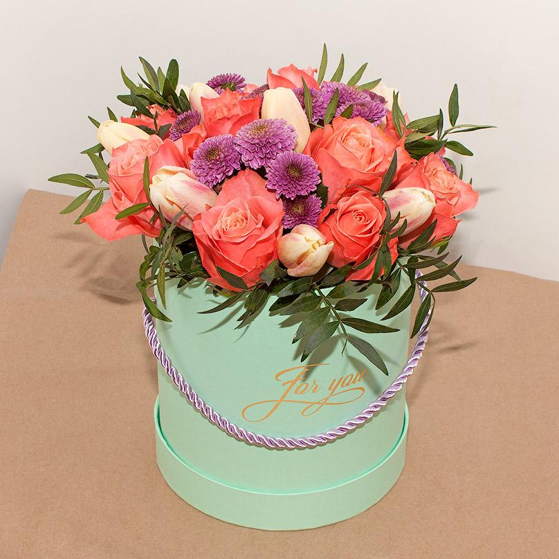 Фото Мини-коробка с коралловыми розами и тюльпанами