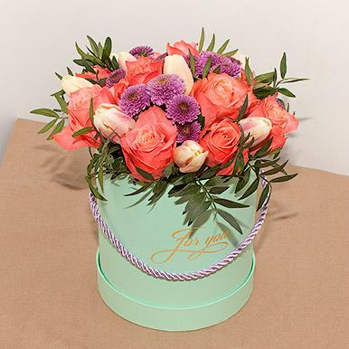 Мини-коробка с коралловыми розами и тюльпанами