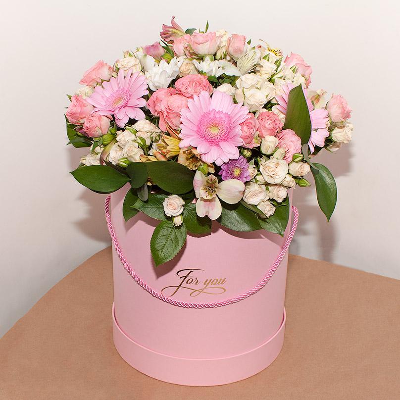 Фото Розовые пионовидные розы с герберами в розовой коробке