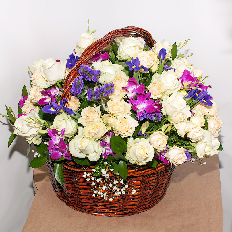 Фото Корзина с кустовой розой, ирисами и орхидеей