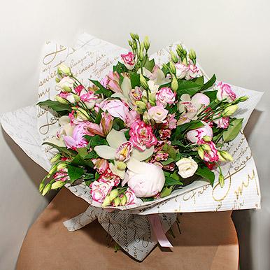 Нежный букет с эустомой и орхидеей
