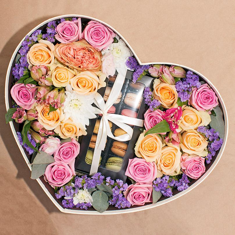 Фото Большое сердце с розами и пирожными макарон