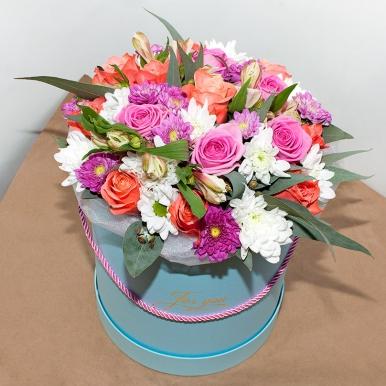 Яркий букет из роз и хризантем в шляпной коробке