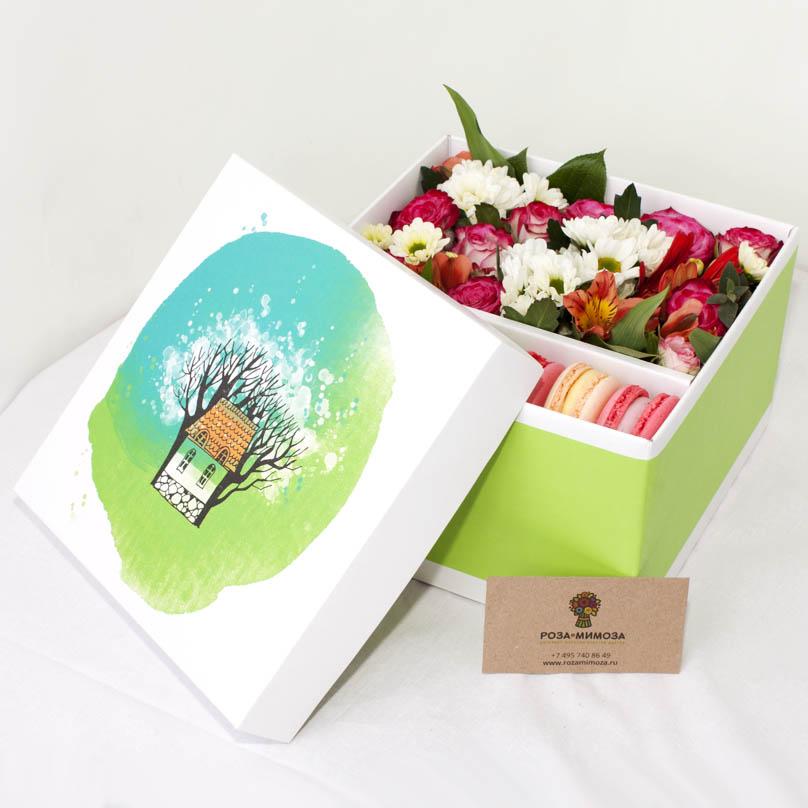 Фото Коробка с цветами и макарон