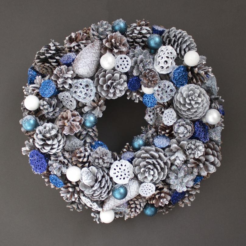 Фото Новогодний венок в сине-белых тонах